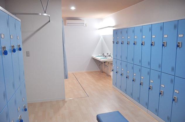 男子更衣室です。シャワールームもあります。